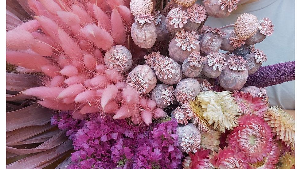 Mischung aus rosa getrockneten Blumen
