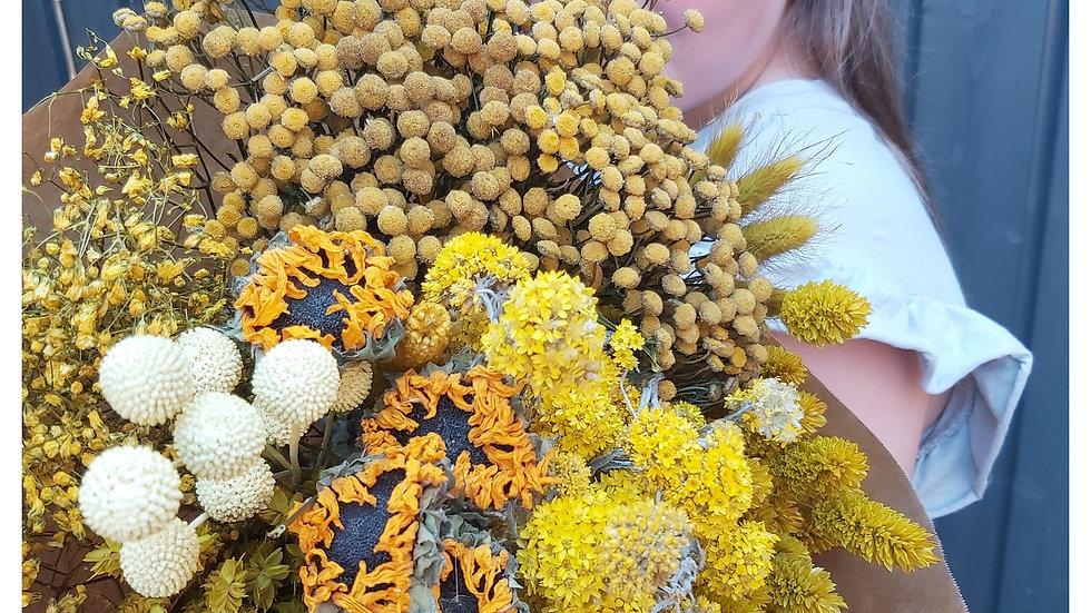 Mischung aus gelben Trockenblumen