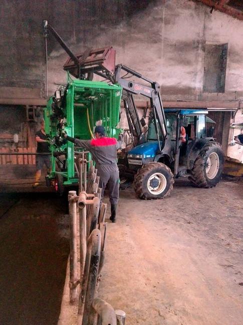 Nicht immer kommen wir stufenlos in den Stall, manchmal muss der Traktor mithelfen