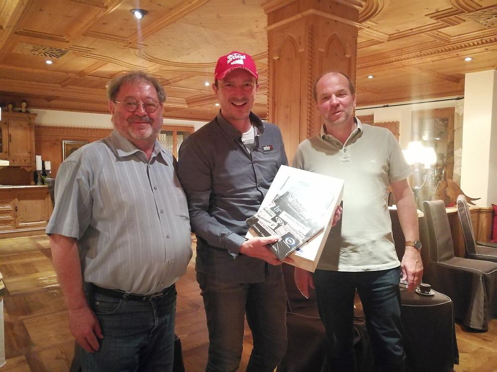 Die beiden Hintertuxer Teamchefs Walter Mirwald und Ralf Weitbrecht mit Präsenten für Stargast Alexander Pointner.