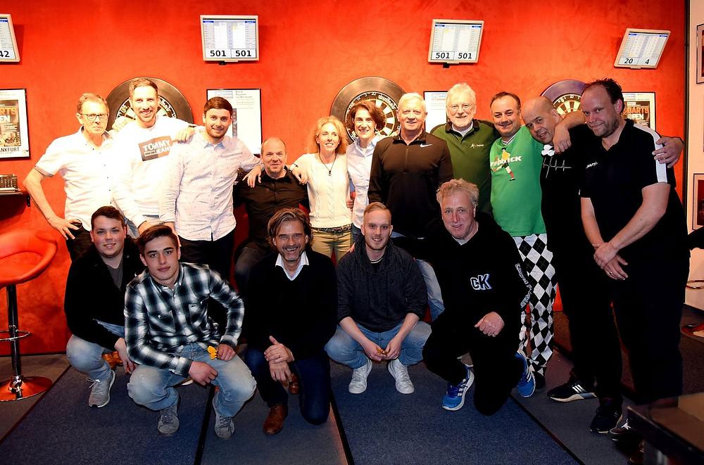 Sportjournalisten beim alljährlichen Dartsabend des Vereins Frankfurter Sportpresse im House of Darts in Rodgau
