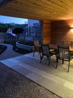 Natursteinsitzplatz mit Lichtambiente