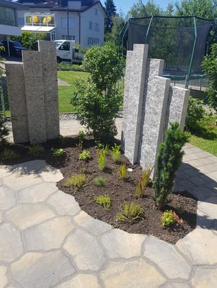 Neugestaltung eines Sitzplatzes mit Mosaikbetonplatten-Boden und Sichtschutz aus Granit