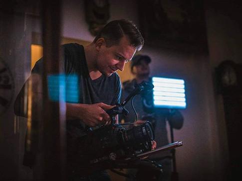 Stewe kameramanínek a Cody světlonoš. Za