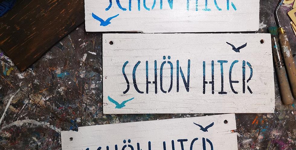 Schön hier!  Schild aus Holz