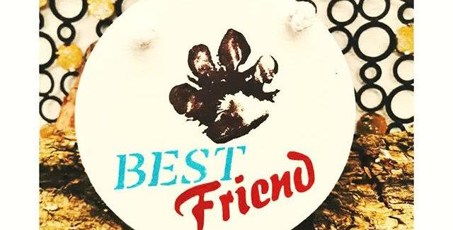 Pfotenabdruck auf weißem Schild, Best Friend