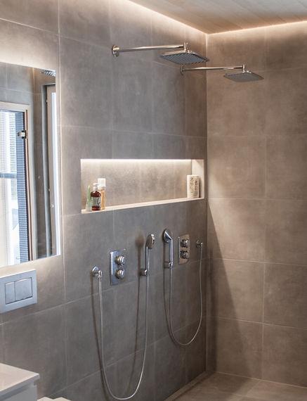sisustussuunnittelu kylpyhuone isot laatat harmaa integroitu suihku integrerad dusch grå  badrum indirekt belysining, epäsuora valaistus
