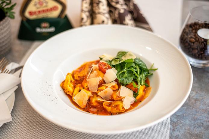 5. Tortellini plnené ricottou a špenátom s paradajkovým  prelivom a rukolou