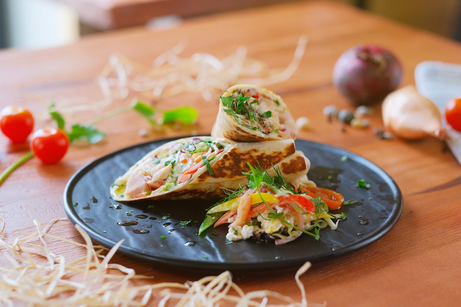 3. Tortilla plnená kuracím mäsom, šalátom a zeleninou s tvarohovým dresingom