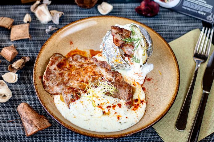 3. Grilovaná krkovicka, bryndzová omácka, pecený zemiak v šupke.jpg