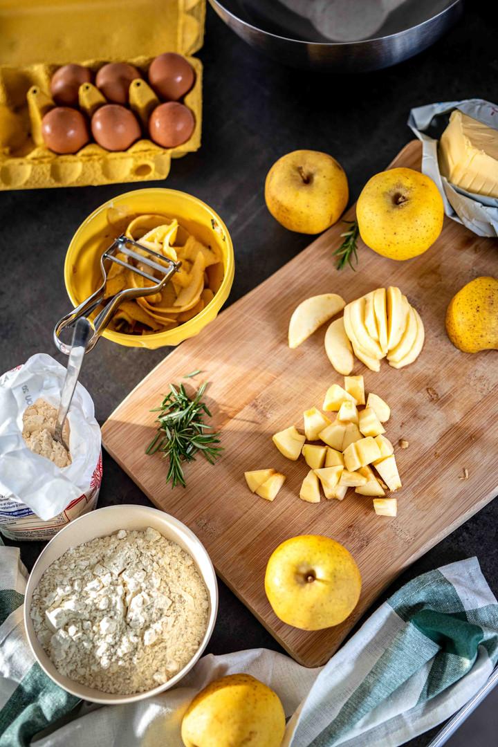 Photographie culinaire - préparation cake à la pomme et au romarin du jardin
