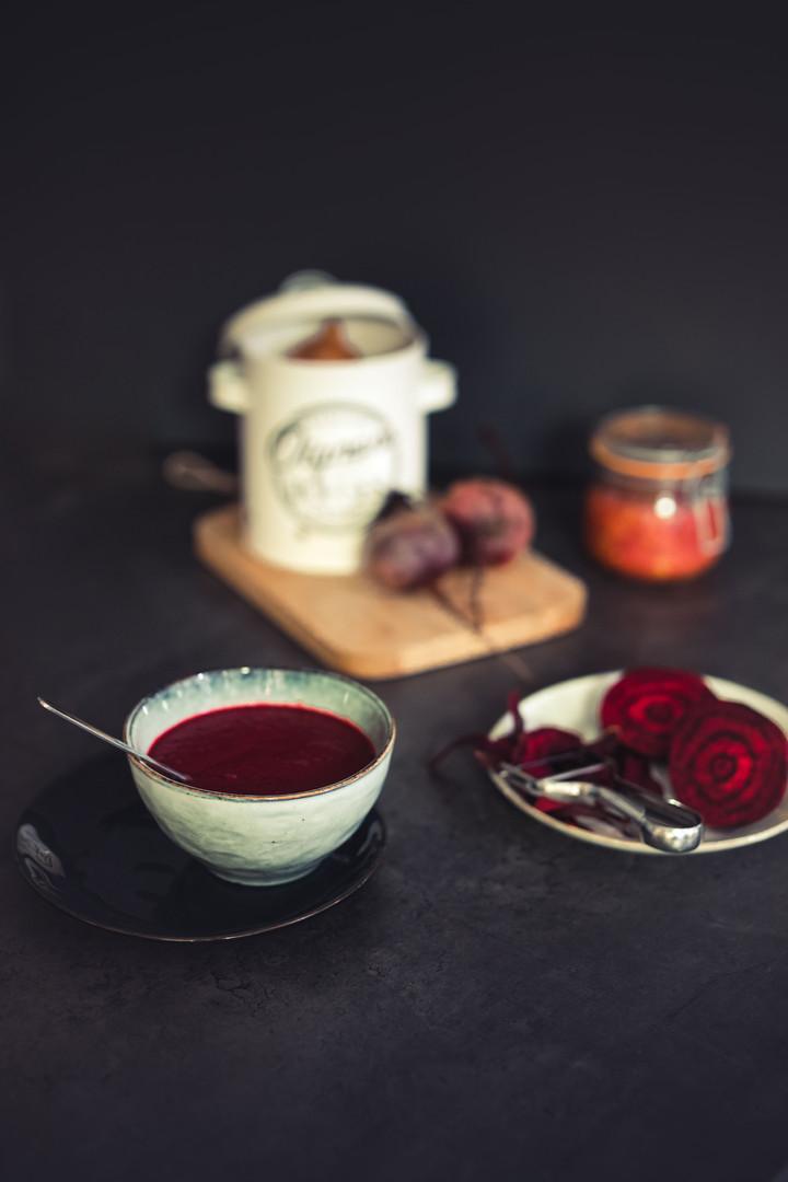 Photographie culinaire - Soupe de betterave, oignon et coulis de tomates home-made