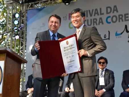 "David Soares entrega ""Título de Cidadão Paulistano"" a Cônsul Geral da Coreia"