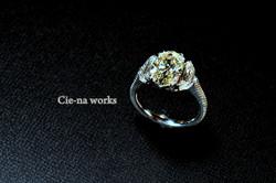 存在感を楽しむ大粒のベストメーク、オーバルカットダイヤモンドリング