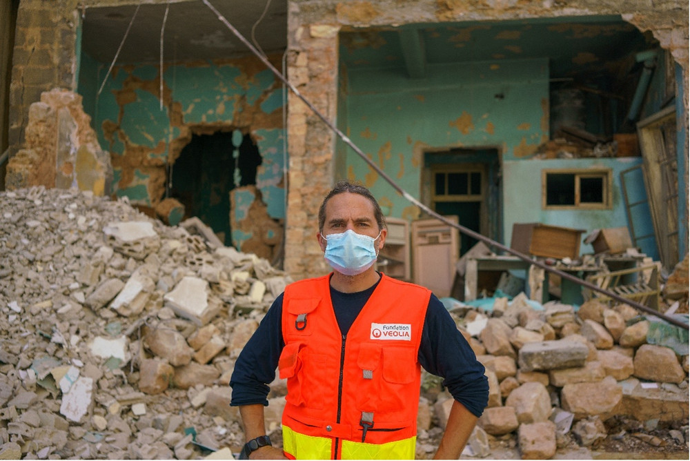 Caption: David Maisonneuve, standing in front of one if Beirut's directly hit and severely damaged buildings. @UNICEF/Ralph-El-Hage/Lebanon