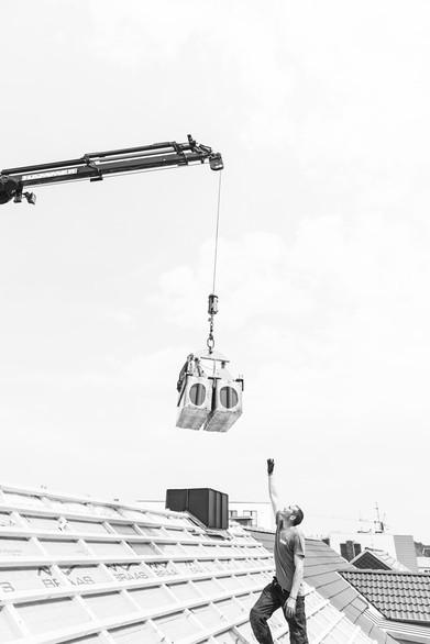 Kranarbeiten bei einer Dachsanierung in Hamburg