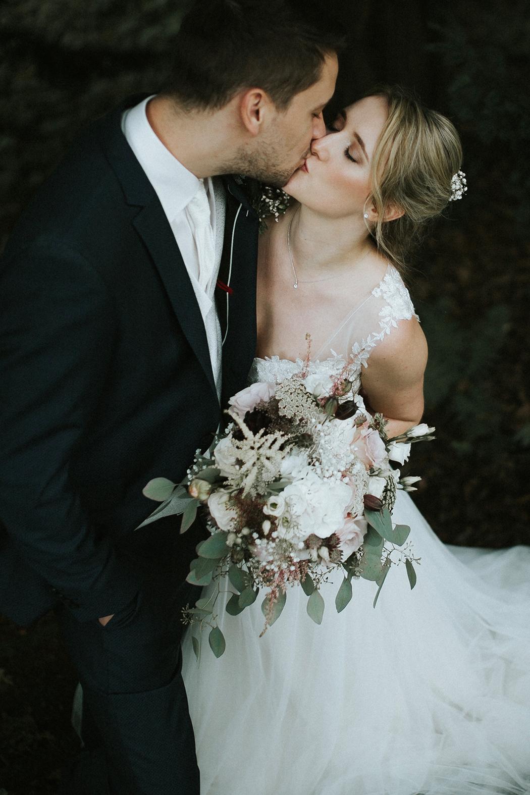 Brautpaar und der Kuss