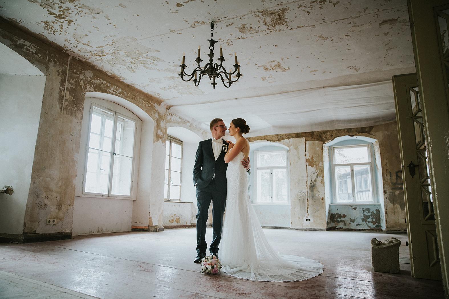 Der Saal und das Brautpaar