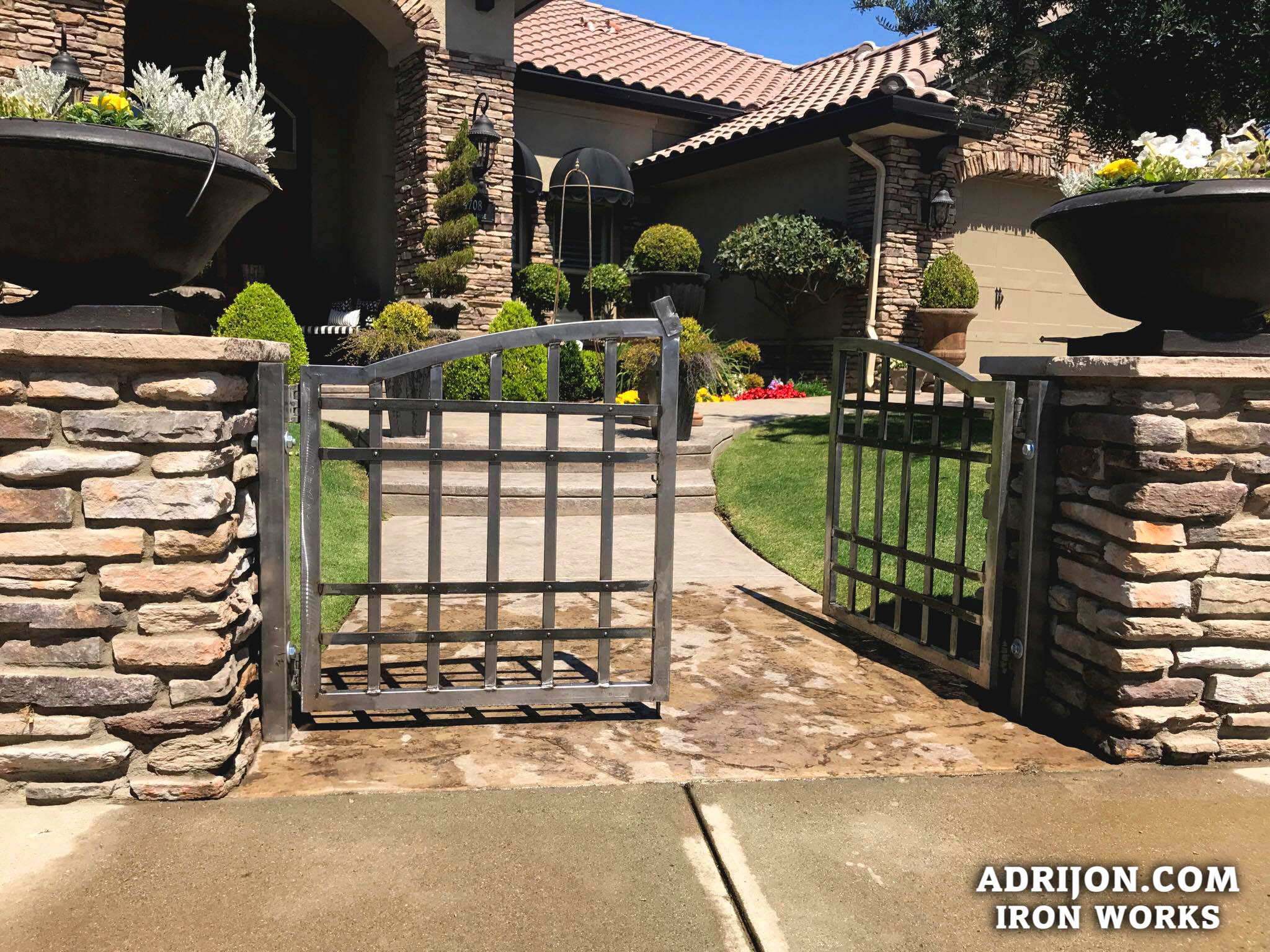 Gate (120)
