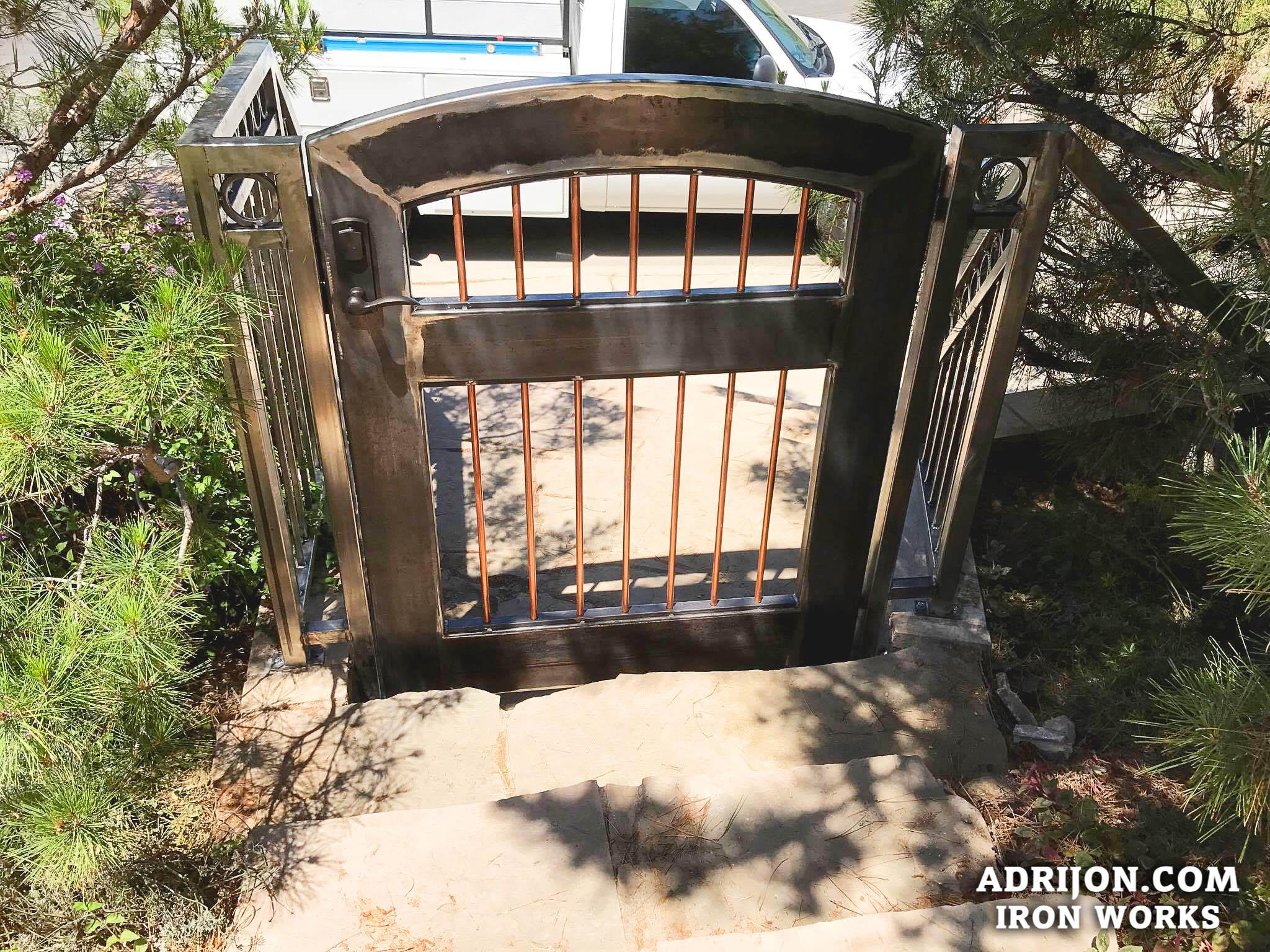 Gate (122)
