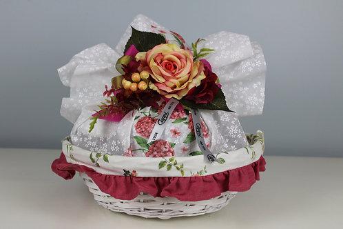 Composizione in cesta di vimini con colomba
