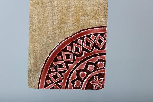 Colomba su tagliere di legno e ceramica