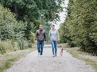 Hundemarke Hundeschule Inhaber Steffi & Christian laufen gemeinsam einen Weg