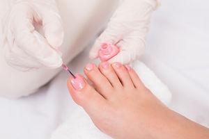 woman-getting-her-toenails-painted_13339