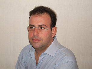 Il Dr.Claudio Ferrantini si occupa della cura delle carie, di devitalizzazioni, di implantologia e di parodontologia (piorrea) e di protesi dentaria