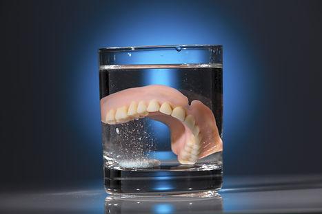 Dentiera nel bicchiere d'acqua