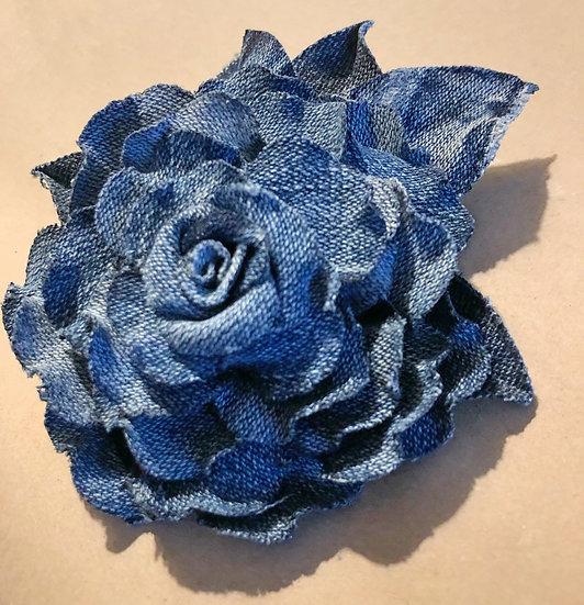 Spilla fiore in jeans azzurro