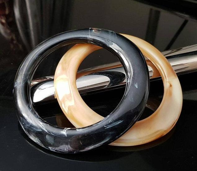 coppia di bracciali avorio e nero in resina