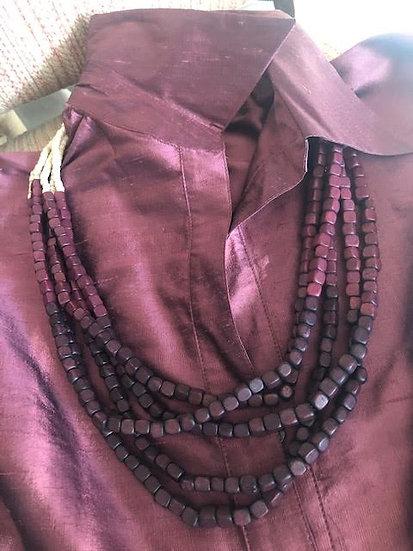 collana lunga in legno beige e melanzana
