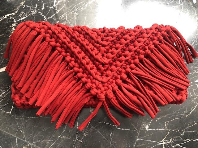pochette grande frange color rosso mattone in fettuccia