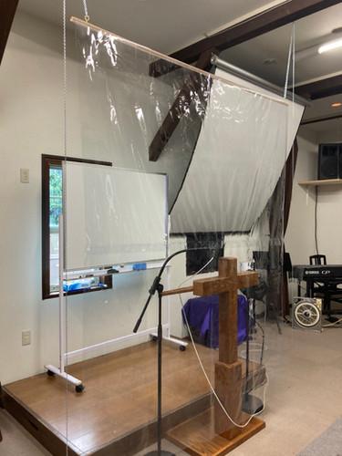 会衆と講壇の間にシートを取り付けました。