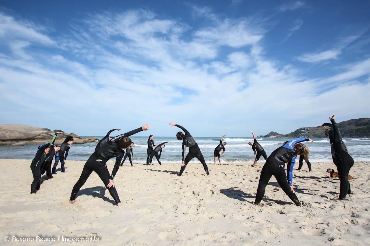 Alongamento antes da aula de surf