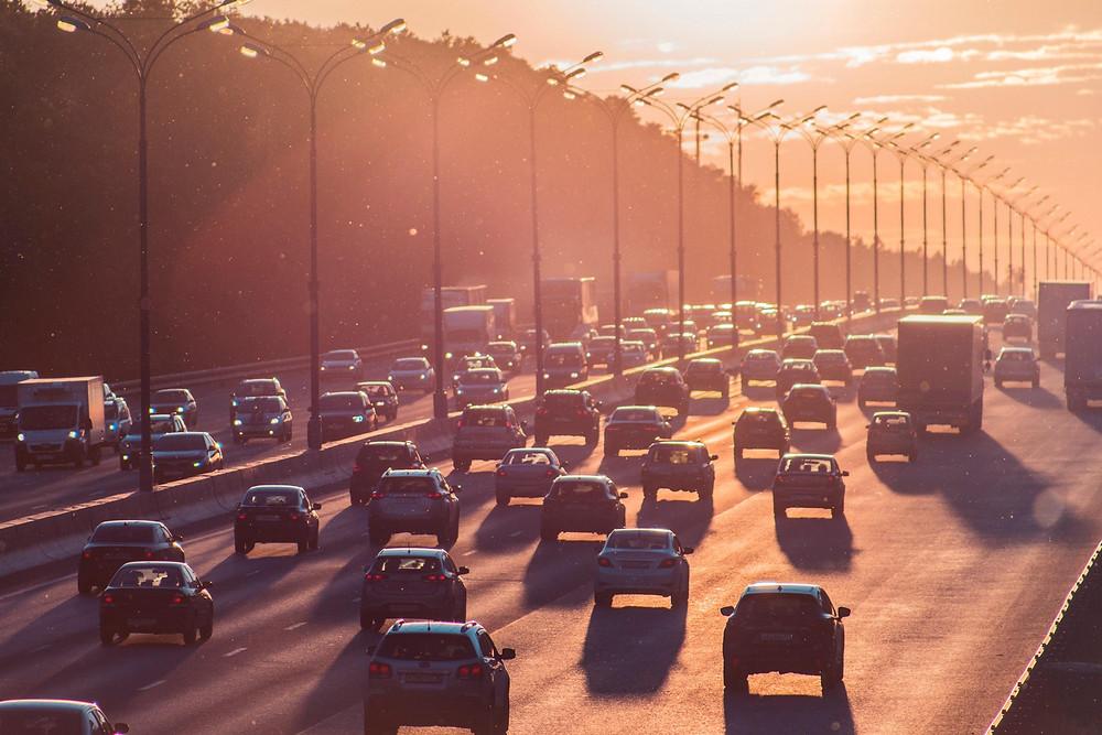 Sebuah jalanan dengan banyak mobil