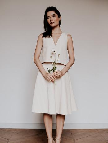 Ensemble Galla Doré. Une coupe parfaite et moderne pour cette ensemble de mariée. Fabriqué en France par Delphine Josse. Robe de mariée dorée. Mariage civil. mariée minimaliste.