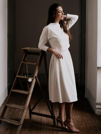 Ensemble Kenedy-Pia parfait pour une cérémonie en hiver.  Robe de mariée minimaliste fabriquée en france, Delphine Josse , artisan d'art à Toulouse.