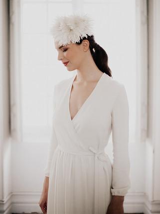 Piétra, une robe portefeuille ivoire au look bohème, ajustable et confortable. mariage civil, cérémonie laîque, mariée moderne.