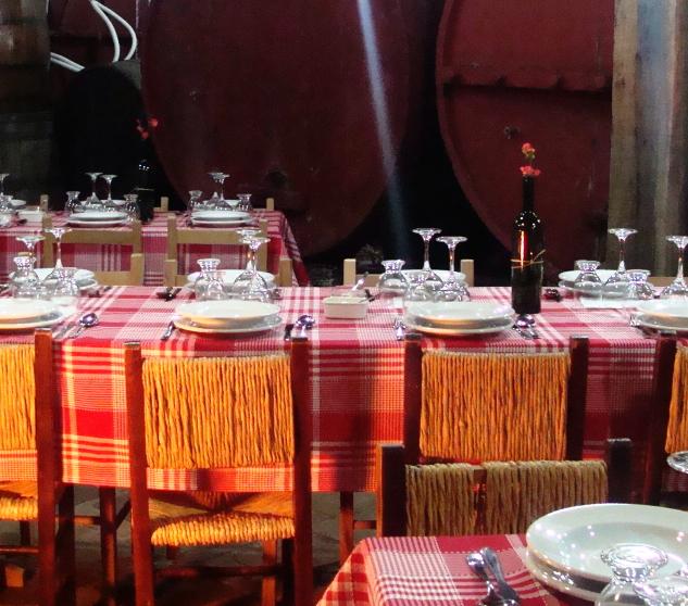 A Famiglia Tasca possui um espaço, muito especial, para almoços ou jantares, ou até mesmo para um café colonial. Você pode reservar o espaço e encomendar o cardápio, que nós mesmos preparamos (gastronomia da imigração italiana), ou, se preferir, reservar o local e contratar o serviço externo
