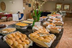 Pães, frutas, pratos quentes e mais