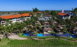 As piscinas abraçam o resort