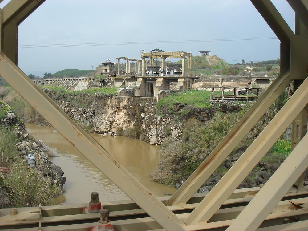 תצפית על הסכר להטיית הירדן בנהריים