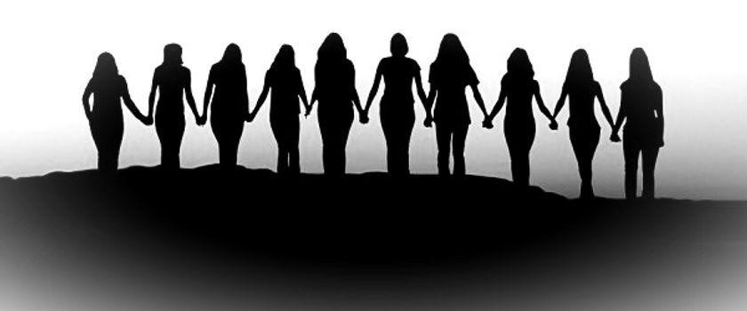Women-holding-hands-Sunrise-silhouette_e