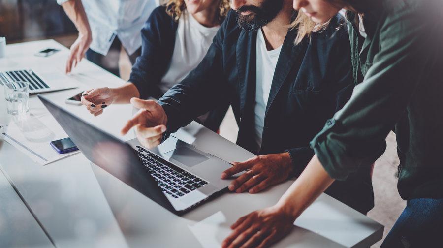 Qual é a diferença entre gerenciamento de projetos e gerenciamento de portfólio de projetos?