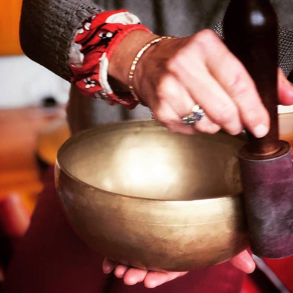 tibetan singing bowl playing