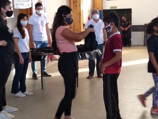 La Fundación Olympos entregó remeras a la Escuela Dojo Halcón
