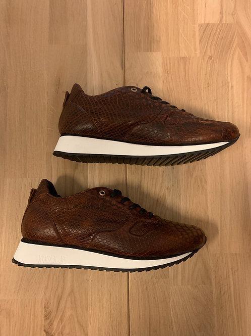 0203 Bruinleren sneaker Fred de la Bretonière