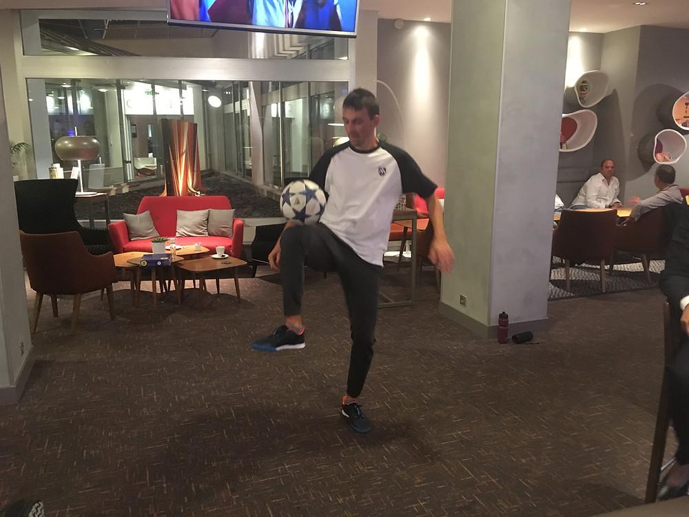 Animation Football Freestyle pour votre soirée entreprise autour d'un match de ligue des champions. Corentin était à Paris pour des démonstrations football freestyle lors de la retransmission du match de champions League entre le PSG et Naples dans un hôtel dans le cadre d'un séminaire entreprise.